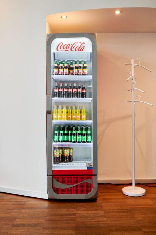 Mayks Intensivfahrschule in Harburg Kühlschrank mit Erfrischungsgetränken